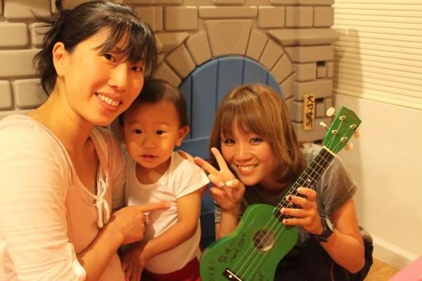 龍明のギター(ウクレレ)にサインしてもらいました!